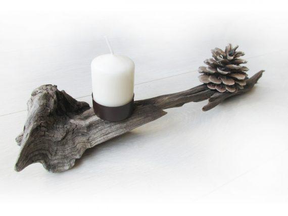 Adventsgesteck aus Treibholz mit Tannenzapfen.